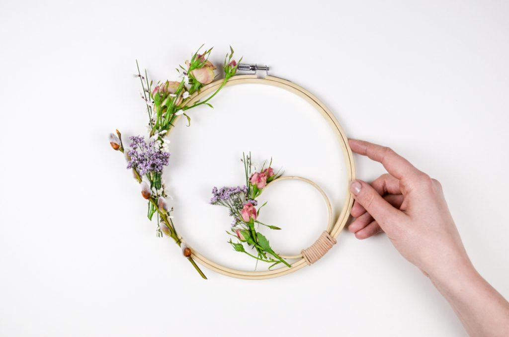 DIY selbst gemachter Blumenkranz für die Wand